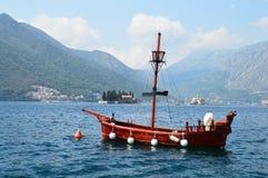 Bateau de touristes dans la baie de Kotor Images libres de droits