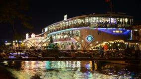 Bateau de touristes de dîner de laps de temps sur la rivière de Saigon - Ho Chi Minh City Vietnam banque de vidéos