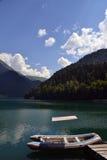 Bateau de touristes en caoutchouc sur un lac de montagne Image libre de droits