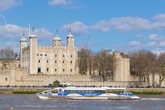 Bateau de touristes et tour de Londres Photos stock