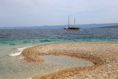 Bateau de touristes passant la plage de rat de Zlatni photo libre de droits