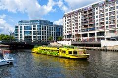 Bateau de touristes sur l'eau de rivière sur le ciel nuageux Photos libres de droits