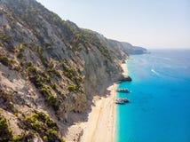 Bateau de touristes sur la plage d'Egremni, Leucade, Grèce images stock