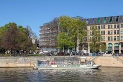 Bateau de touristes sur la rivière de fête à Berlin, Allemagne Images libres de droits