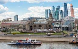 Bateau de touristes sur la rivière de Moscou Photo stock