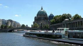 Bateau de touristes sur la rivière de fête en secteur de Berlin Mitte Berlin Cathedral à l'arrière-plan Allemagne Jeunes adultes banque de vidéos