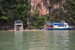Bateau de touristes sur le compartiment de Phang Nga, Thaïlande Images stock