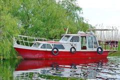 Bateau de touristes sur le lac images libres de droits
