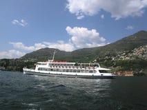 Bateau de touristes sur le lac Como Italie Photos stock