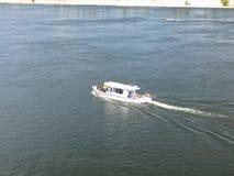 Bateau de touristes sur une rivière Dnieper image libre de droits