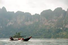 Bateau de touristes traditionnel dans le lac Cheow Larn, Thaïlande Photographie stock libre de droits