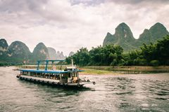 Bateau de touristes traversant Li River à Guilin image stock