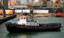 Bateau de traction subite dans le port Image libre de droits