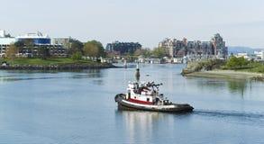 Bateau de traction subite dans le port de Victoria Canada images libres de droits