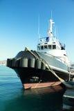 Bateau de traction subite sur le port Photos libres de droits