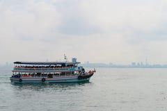 Bateau de transport à la ville de Pattaya Photographie stock libre de droits