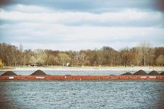 Bateau de transport avec du charbon Photo stock
