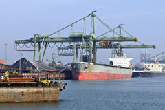 Bateau de transport de charbon Photographie stock