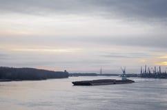 Bateau de transport sur le Danube Image libre de droits