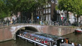 Bateau de visite à un canal à Amsterdam, Pays-Bas banque de vidéos