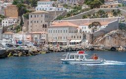 Bateau de visite arrivant à l'hydre grecque d'île Photos stock