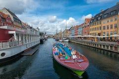 Bateau de visite dans Nyhavn, Copenhague Images libres de droits