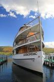 Bateau de visite de loisirs, Adirondack, amarré aux docks, lac George, New York, fin d'été, 2014 Photographie stock libre de droits