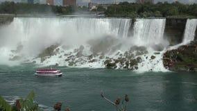 Bateau de visite près des chutes du Niagara banque de vidéos