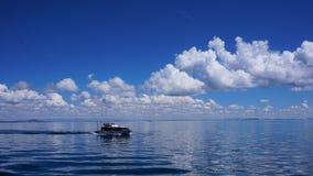 Bateau de visite sur le Lac Titicaca photographie stock libre de droits
