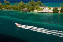 Bateau de vitesse dans la baie tropicale Photos stock
