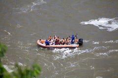 Bateau de vitesse sur la rivière d'Iguazu chez les chutes d'Iguaçu, vue du côté du Brésil image libre de droits