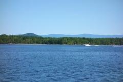 Bateau de vitesse sur le lac Champlain images libres de droits