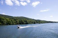 Bateau de vitesse sur le lac Windermere Images libres de droits