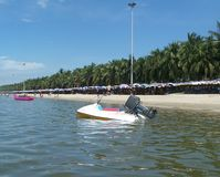 Bateau de vitesse sur une plage Image stock