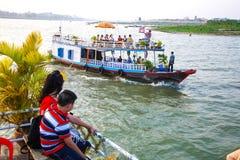 Bateau de voyage de Phnom Penh devant Royal Palace le Mekong Cambodge Image libre de droits