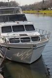 Bateau de yacht ancré sur le fleuve Photos libres de droits