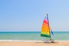 Bateau de yacht sur la plage Photos stock