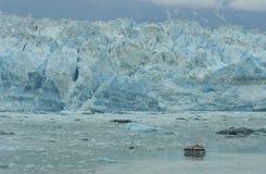 Bateau devant le glacier de Hubbard Images libres de droits