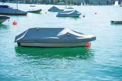 Bateau en été sur un lac Photographie stock libre de droits