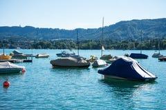 Bateau en été sur un lac Image libre de droits