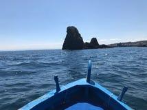 Bateau en île des cyclopes Photographie stock