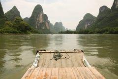 Bateau en bambou sur le fleuve de Li Image libre de droits