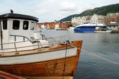 Bateau en Bergen Harbor Photographie stock libre de droits