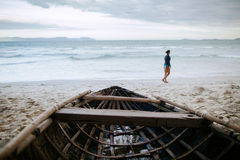 Bateau en bois asiatique avec le voyage de vue de mer image libre de droits