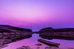 Bateau en bois au canyon grand de la Thaïlande dans le coucher du soleil Photo stock