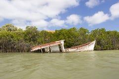 Bateau en bois d'épave coulant en La Guajira, Colombie Image stock