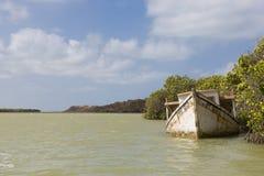 Bateau en bois d'épave coulant en La Guajira, Colombie Images libres de droits