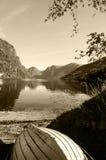 Bateau en bois dans le lac mountains - paysage de sépia Photographie stock