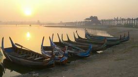 Bateau en bois dans le pont d'Ubein au lever de soleil, Mandalay, Myanmar banque de vidéos