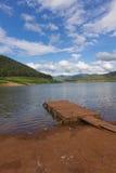 bateau en bois de ponton avec Mae Ngad Dam et le réservoir en Mae Taeng Images libres de droits